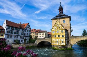 https://upload.wikimedia.org/wikipedia/commons/e/e0/Bamberg_town_hall_from_opposite_bridge.jpg
